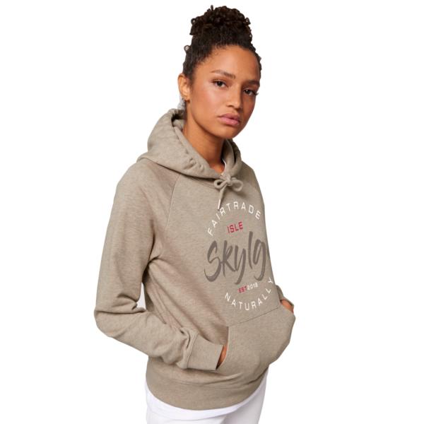 afbeelding van zandkleurige hooded sweater van Skylgewear voor dames